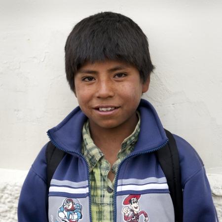 peruvian ethnicity: Retrato de un colegial sonriente, Plaza de las Nazarenas, Cusco, Per�