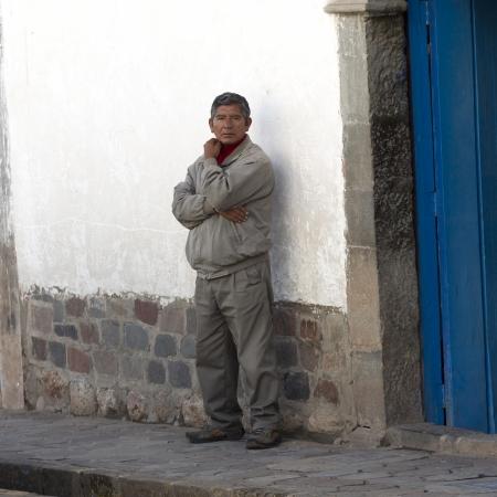 peruvian ethnicity: Hombre de pie fuera de una casa, Barrio de San Blas, Cusco, Per�