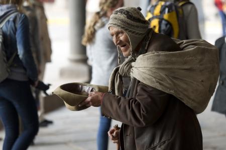 お金、クスコ、ペルーの懇願するようなホームレスの男性