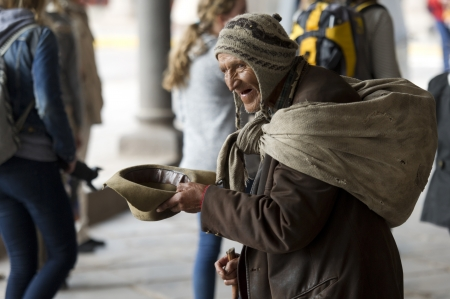 Homeless man begging for money, Cuzco, Peru 報道画像