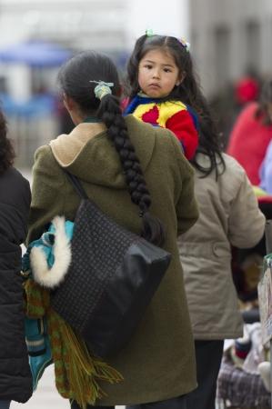 mujer hijos: Vista trasera de una mujer que llevaba a su hija, Cusco, Perú
