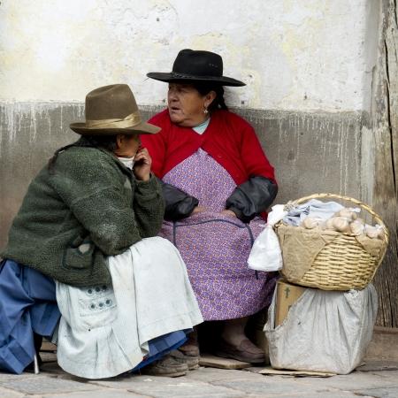 peruvian ethnicity: Dos mujeres sentadas a lo largo de la calle, Valle Sagrado, Cusco, Per�