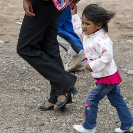 peruvian ethnicity: Chica caminando con sus padres, Valle Sagrado, Cusco, Per�