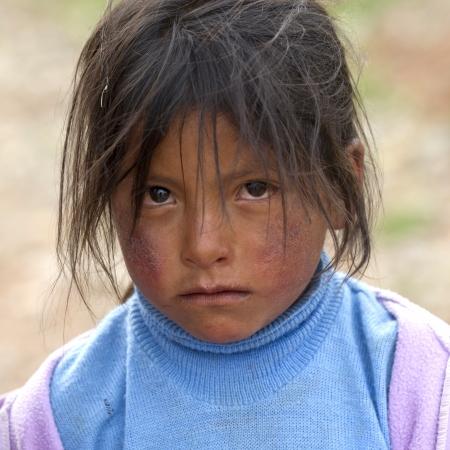 zerzaust: Portr�t eines M�dchens mit zerzausten Haaren, Sacred Valley, Cusco Region, Peru Editorial