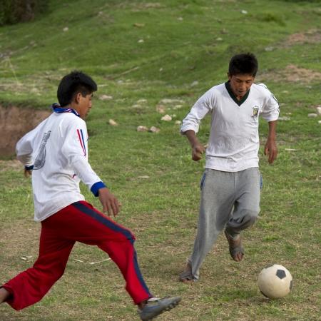 Twee mannen voetballen, Heilige Vallei, Cusco Gewest, Peru