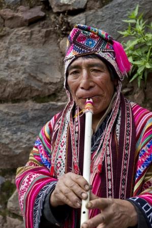 dwarsfluit: Close-up van een senior vrouw die een fluit, Pisac, Heilige Vallei, Cusco Gewest, Peru