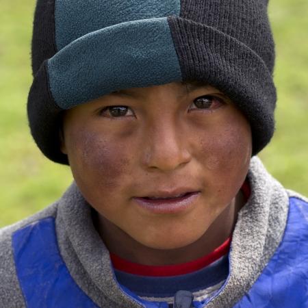 cusco region: Retrato de un muchacho indio quechua de la Escuela Primaria Chumpepoke, Poques, Valle Sagrado, Cusco, Per�