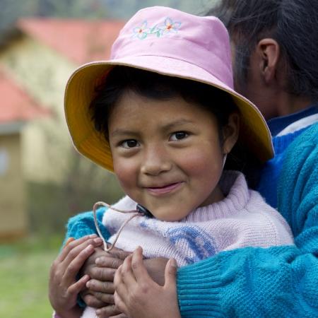 cusco region: Primer plano de las ni�as ind�genas quechuas en la Escuela Primaria Chumpepoke, Poques, Valle Sagrado, Cusco, Per�