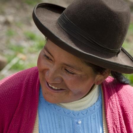 cusco region: Primer plano de una mujer ind�gena quechua sonriente en la Escuela Primaria Chumpepoke, Poques, Valle Sagrado, Cusco, Per�