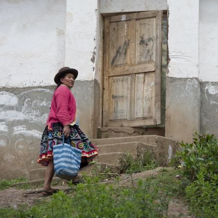cusco region: Ind�gena quechua mujer que caminaba hacia la entrada de la Escuela Primaria Chumpepoke, Poques, Valle Sagrado, Cusco, Per�