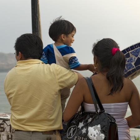 peruvian ethnicity: Familia en El Parque del Amor, Av. De La Aviacion, el distrito de Miraflores, Provincia de Lima, Per�