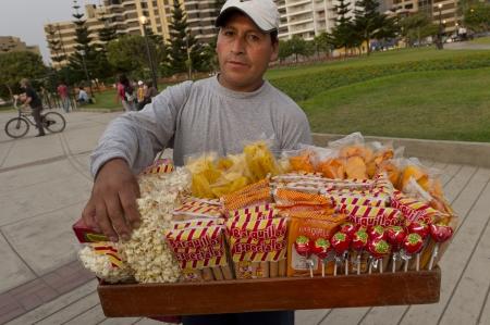 peruvian ethnicity: Vendedor ambulante vendiendo bocadillos en El Parque del Amor, Av. De La Aviacion, el distrito de Miraflores, Provincia de Lima, Per�