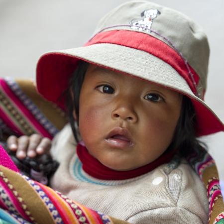 cusco region: Retrato de un beb� con un sombrero, Valle Sagrado, Cusco, Per�