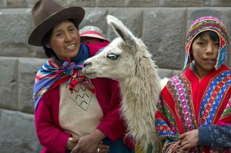 cusco region: La mujer y su hijo de pie con una llama (Lama glama), Valle Sagrado, Cusco, Per�