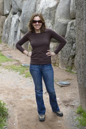 donne mature sexy: Donna in piedi in un vicolo stretto, Sacsayhuaman, Valle Sacra, Cusco, Perù