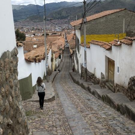 cusco region: Mujer caminando en una calle del pueblo, Valle Sagrado, Cusco, Per� Foto de archivo