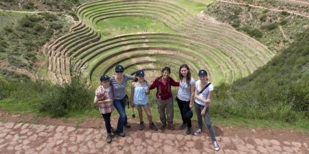 High Angle View von Menschen mit Inka landwirtschaftlichen Terrassen im Hintergrund, Moray, Machu Picchu, Cusco Region, Peru