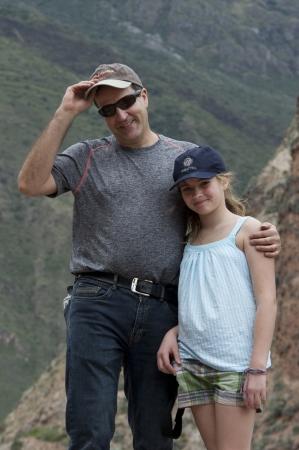 vaderlijk: Man met arm om haar dochter met Sacred Valley op de achtergrond, Peru Redactioneel
