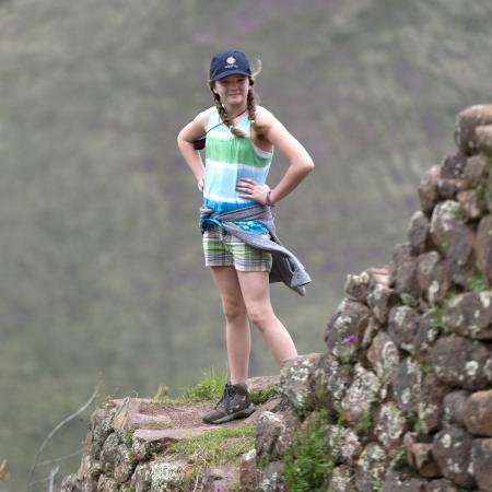 cusco region: Adolescente en el Parque Arqueol�gico de Pisac, Pisac, Valle Sagrado, Cusco, Per� Editorial