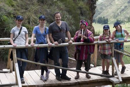 cusco region: Hombre con su familia en un puente peatonal en el Parque Arqueol�gico de Pisac, Pisac, Valle Sagrado, Cusco, Per� Editorial