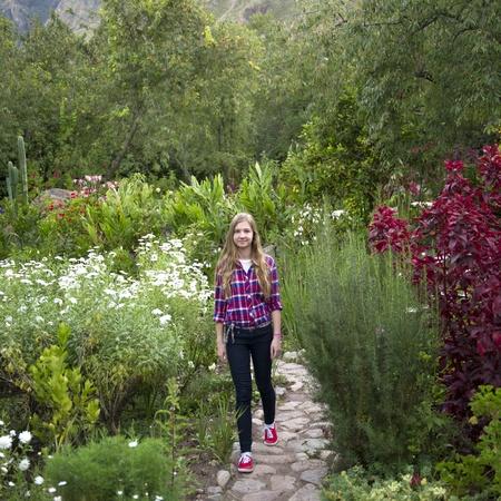 jardines con flores: Adolescente caminando en el jardín de Willka Tika Pensión, Willka Tika, Valle Sagrado, Cusco Region, Perú