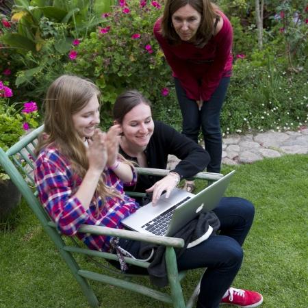 vacancier: Famille regardant un ordinateur portable dans la pelouse du Willka Tika Guesthouse, Willka Tika, Vall�e Sacr�e, Cusco R�gion, P�rou �ditoriale