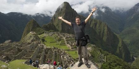 cusco region: Hombre con su brazo extendido a la ciudad perdida de los Incas, Machu Picchu, Cusco, Per�