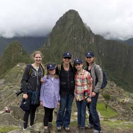 cusco region: Retrato de una familia con la ciudad perdida de los Incas en el fondo, Machu Picchu, Cusco, Per�