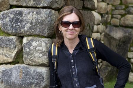 cusco region: Mujer apoyada en una pared de piedra en la ciudad perdida de los Incas, Machu Picchu, Cusco, Per�