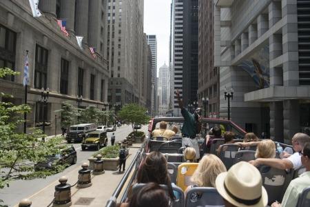 guia turistico: Los turistas que viajan en un autob�s al aire libre con un gu�a tur�stico, Michigan Avenue, Chicago, Condado de Cook, Illinois, EE.UU.