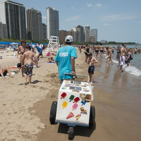 carretto gelati: Ice Cream venditore sulla spiaggia del lago Michigan, Chicago, Cook County, Illinois, Stati Uniti d'America