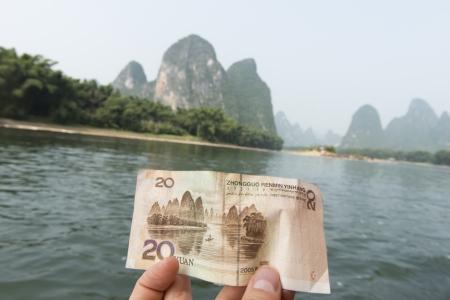 Person's hand showing a Chinese yuan note, Li River, Xingping, Yangshuo, Guilin, Guangxi Province, China 版權商用圖片