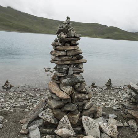 placidness: Stack of stones at the lakeside, Yamdrok Lake, Nagarze, Shannan, Tibet, China Stock Photo