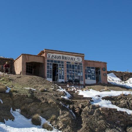 Kasbah Mineraux Souvenirshop am Tizi N'tichka, Atlasgebirge, Marokko Standard-Bild - 28196805