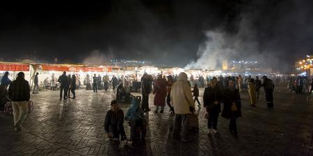 Mensen bij kraampjes, Djemma el Fna, Marrakech, Marokko