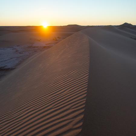 desierto del sahara: Puesta de sol sobre las dunas de Erg Chegaga en el desierto del Sahara, Souss-Massa-Draa, Marruecos