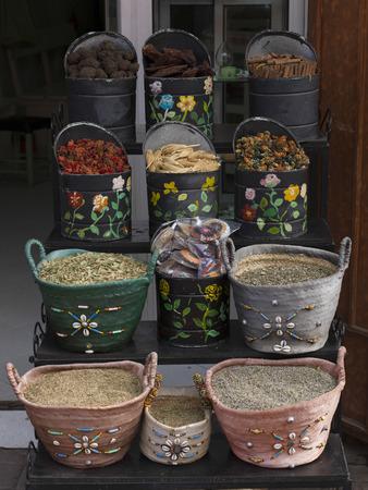 Gewürze für Verkauf in einem Souk, Marrakesch, Marokko Standard-Bild - 28199610