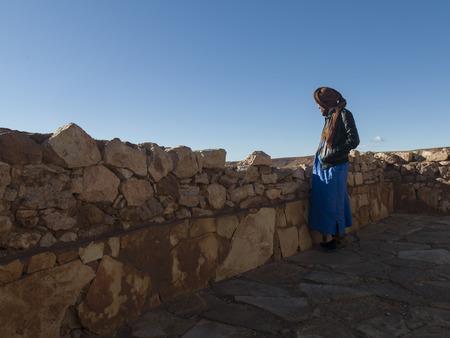 Tuareg Mann, der auf der Terrasse eines Forts, Ait Benhaddou, Ouarzazate, Souss-Massa-Draa, Marokko Standard-Bild - 28233283