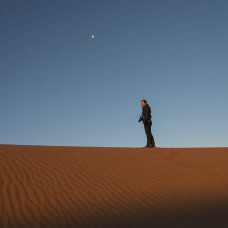 desierto del sahara: Mujer de pie en Erg Chegaga dunas en el desierto del Sahara, Marruecos