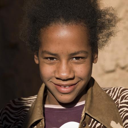Bildnis eines Knaben lächelnd, Kasbah Azul Agdz, Marokko Standard-Bild - 28233300