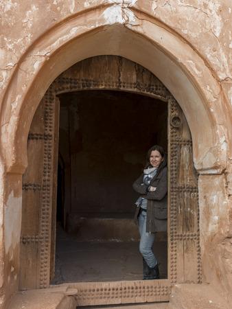 Frau, die an der Tür des Kasbah von Glaoui, Telouet, Ouarzazate, Souss-Massa-Draa, Marokko Standard-Bild - 28233308