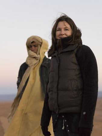 desierto del sahara: Retrato de una mujer en el desierto del Sahara, Marruecos Foto de archivo