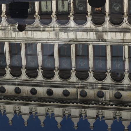 vecchie: Procuratie Vecchie reflecting in water, St Marks Square, Venice, Veneto, Italy