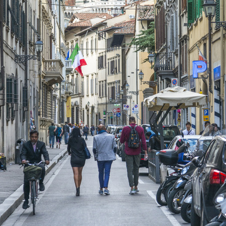 personas en la calle: View of people walking on street, Florence, Tuscany, Italy Editorial