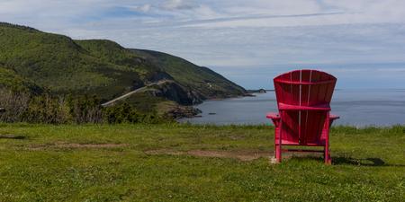 Vista escénica de una silla adirondack en la costa, Petit Etang, Parque nacional Cape Breton Highlands, Isla Cape Breton, Nueva Escocia, Canadá