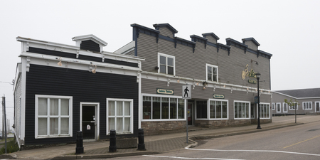 Gebouwen langs straat in stad, Louisbourg, Kaap Bretaans Eiland, Nova Scotia, Canada