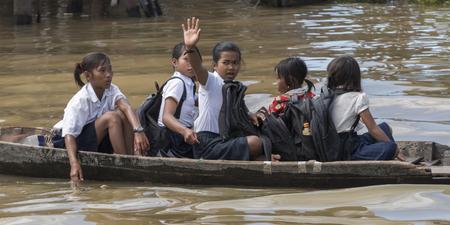 Étudiants sur le chemin de l'école en bateau au lac Tonle Sap, Kampong Phluk, Siem Reap, Cambodge
