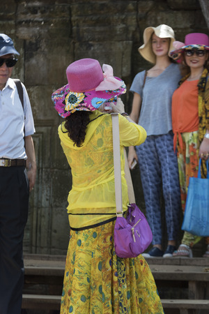 Tourists at temple, Krong Siem Reap, Siem Reap, Cambodia 新聞圖片