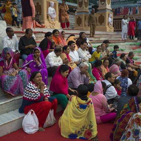 Devotees sitting on steps during Ganga Aarti, Rishikesh, Dehradun District, Uttarakhand, India 新聞圖片
