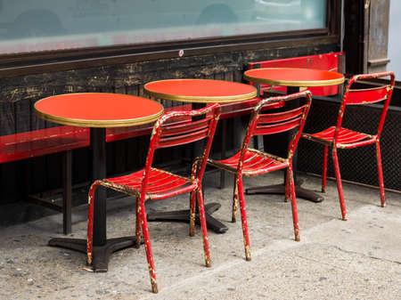 Sillas y mesas en el restaurante, la ciudad de Nueva York, Estado de Nueva York, EE.